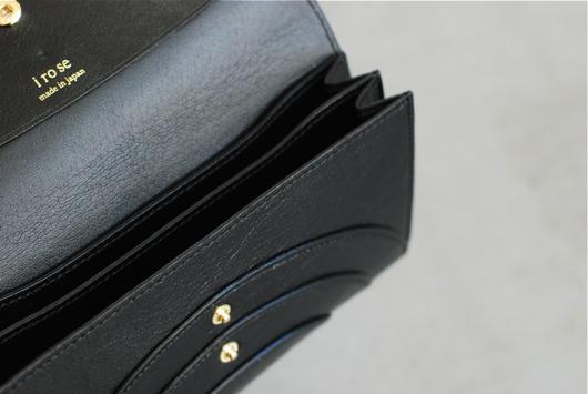a08d346291be 美しい発色と細かいシボが特徴のゴートレザーを使用して作られ、使い込むほどに味わいの増すアイテム。